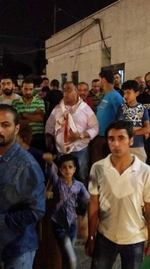 مناصرو مرشح يحتجون أمام محافظة اربد