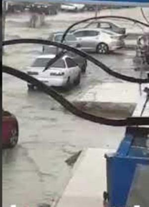 السيول تغلق وادي الرمم وشارع اليرموك (فيديو)