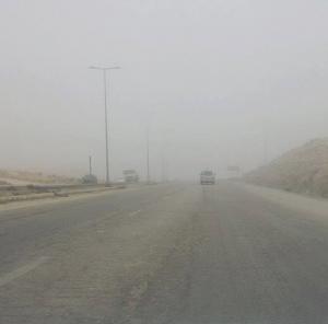 غبار كثيف يحجب الرؤية على الطريق الصحراوي