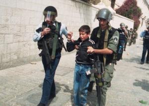 مركز حقوقي يطالب بوقف انتهاكات الإحتلال بحق الأطفال الفلسطينيين