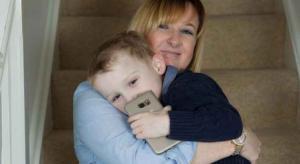 كيف أنقذ طفل في الرابعة والدته بعد أن فقدت الوعي؟