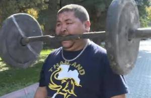 رجل يرفع الأثقال بأسنانه - فيديو