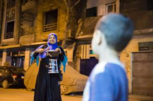 """""""مسحراتية """" تجوب شوارع القاهرة وتستكمل مهمة شقيقها"""