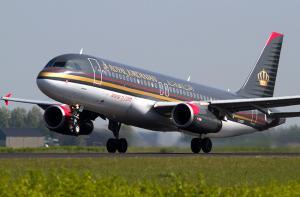 مواطنون عالقون في مطار القاهرة بسبب تأخر طائرة الملكية