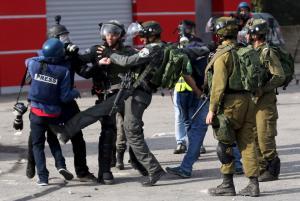 مطالب بوقف جرائم الإحتلال بحق الصحفيين الأسرى