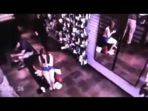 رجل بلا انعكاس بالمرآة يثير الرعب في متجر (فيديو)