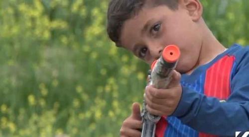 """""""داعش"""" يختطف طفلا ويسجنه عامين لأن اسمه """"ميسي"""""""