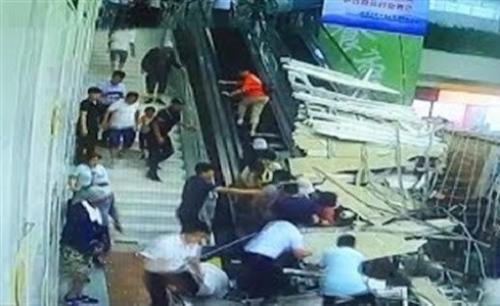 لحظة انهيار سقف مركز تجاري على سياح (فيديو)
