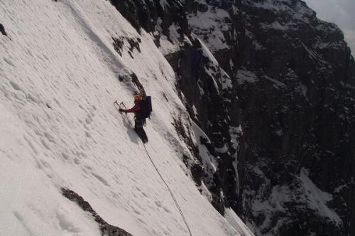 أخطر مغامرة تزلج وسط الثلج على جبل نصف القبة