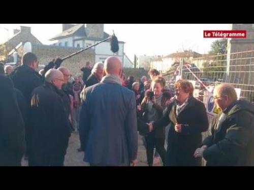 شاب يصفع رئيس الوزراء الفرنسي السابق (فيديو)