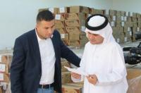 سفارة الإمارات توزع تمورا وطرودا غذائية (صور)