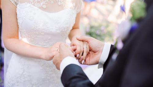 شابة تحضر حفل زفاف حبيبها السابق وتصبح زوجته الثانية ..