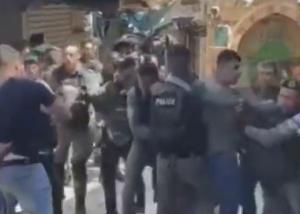 مجدداً ..  الإحتلال يعتدي على المتظاهرين في ساحة باب العمود