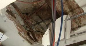 عائلة تنجو من انهيار سقف منزلها في العدسية