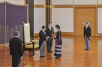 عناب تقدم اوراق اعتمادها لامبراطور اليابان
