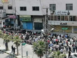رغم الحظر  ..  اهالي عنجرة يؤدون صلاة الجمعة