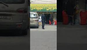 """وزير الصحة يقف على الدور ملتزما بالتعليمات أمام إحدى المحال """"فيديو"""""""