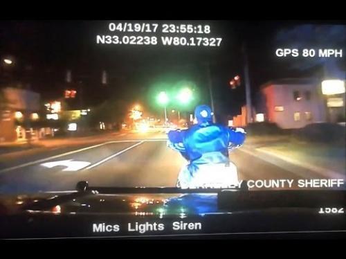 شاهد مطاردة 5 دقائق انتهت بمقتل قائد دراجة بطريقة مروعة (فيديو)