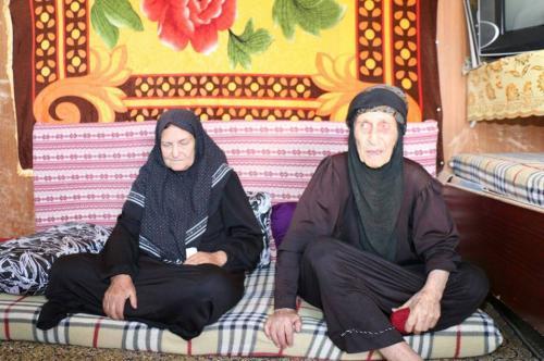 """"""" أم المخيم"""" الإماراتي الأردني شيخة العزام ..  عمرها 105 أعوام ولها 70 ابنا وحفيدا"""