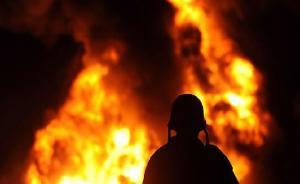 حريق بساحة تحتوي على اطارات في الموقر