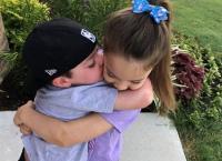 صورة مؤثرة لطفلة مع شقيقها المصاب بالسرطان (شاهد)