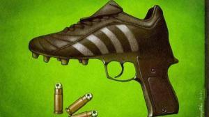 حكم يشهر مسدسه في وجه اللاعبين في السودان