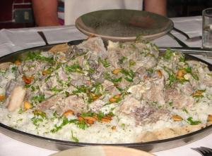 """ناشطون  ..  """"الكسيح"""" تستهزئ بطريقة أكل الأردنيين للمنسف (صور)"""