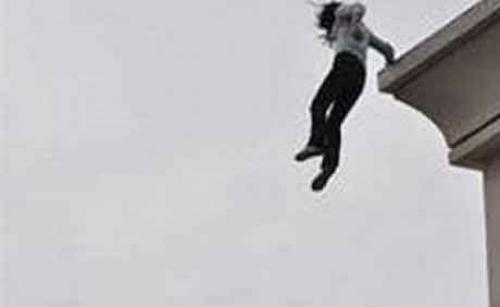 لحظة انتحار فتاة بالقفز من الطابق التاسع! (فيديو)