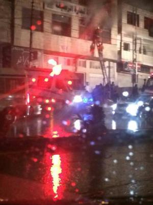 الرصيفة: اندلاع حريق في مبنى غرفة الصناعة والتجارة (صور)