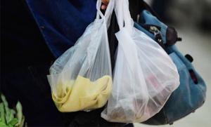 ضبط كمية من الأكياس البلاستيكية غير القابلة للتحلل
