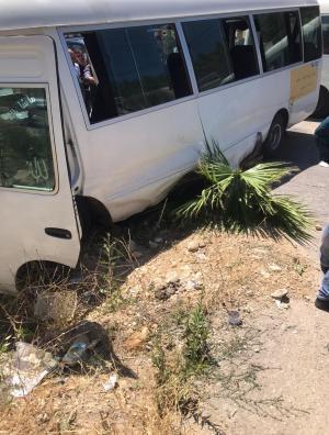 14 إصابة بتصادم حافلة ومركبة بعجلون (صور)