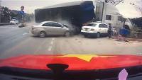 امرأة وطفلها ينجوان من حادث مروع ! (فيديو)