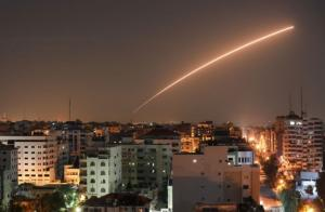 صواريخ المقاومة الفلسطينية تصيب مباني في بئر السبع