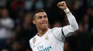كريستيانو رونالدو يحقق الكرة الذهبية ويعادل رقم ميسي