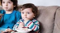 الإفراط بالجلوس أمام الشاشة يضاعف مشاكل الأطفال