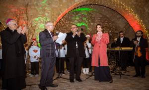 الملكة رانيا تضيء شجرة الميلاد في الفحيص