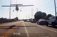 مشهد مرعب ..  طائرة تهبط اضطرارياً على طريق سيارات (فيديو)