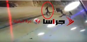 """لحظة سقوط """"ضرير"""" بحفرة وسط الطريق بالزرقاء (فيديو)"""