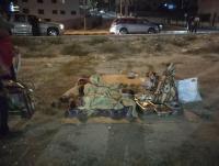 سيدة وأطفالها ينامون بـ العراء في عمان (شاهد)