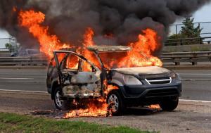 اشتعال مركبة على طريق الحزام اثر حادث تصادم