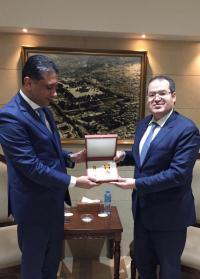 تقليد الدبلوماسي الأردني نزار القيسي ميدالية الإنجاز الدبلوماسي