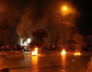 """محتجون يغلقون طريق """" بلعما - الزرقاء """" بالحجارة والإطارات"""