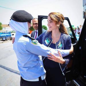 الملكة : مع إحدى النشميات اللاتي يخدمن الوطن (صورة)