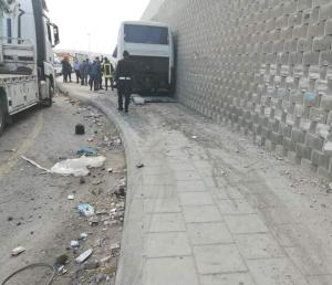 إصابة 22 شخصا بتصادم حافلة ومركبة في الزرقاء (صور)