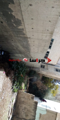 جدار استنادي لمسجد يهدد حياة المصلين والسكان (فيديو وصور)