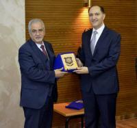 """""""عمان الاهلية"""" تكرم الدكتور وسام عماري على إنجازه البحثي"""