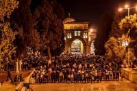 الفلسطينيون يدخلون الاقصى فجراً وانسحاب قوات الاحتلال