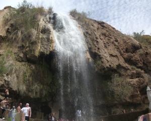 انقاذ 11 سائحا حاصرتهم سيول الأمطار بماعين