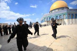 الاحتلال يُبعد مقدسيين عن المسجد الأقصى