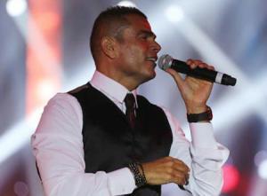 نجل عمرو دياب يشعل غضب جمهوره بسبب ملابسه الفاضحة (شاهد)